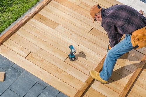 une installation de terrasse en bois